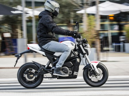 Moto Magpower e-Bombers en situation couleur blanche